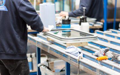 OMRU Scheepsramen produceert, levert en monteert oersterke aluminium ramen én deuren op binnenvaartschepen en werkboten.